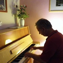 zongorázgatom.jpg